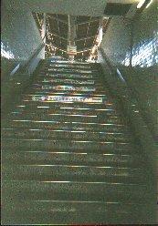 d0616ea538 目の前に階段が立ちはだかります。ボクが使う駅は学生やアミューズメントパークに行く観光客の乗降の多い駅ですが、エスカレーターもエレベーターもない駅です。